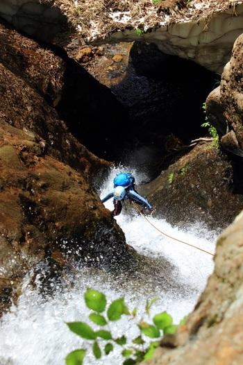 シャワークライミングは、渓谷を水に親しみながら登る日本独自のスポーツです。滝をよじ登ったり、川の中を泳いだりして楽しみます。こちらは登山経験がない初心者でも気軽に体験できるそうですよ。ツアーの所要時間は約2時間で、ヘルメット・専用渓流足袋・軍手・ライフジャケットを貸してくれます。服装など、詳しくはHPをチェックしてくださいね!  ※こちらは、シャワークライミングのイメージ画像で仁淀川ではありません。
