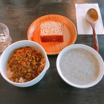 主に富山県産の野菜を使ったヴィーガン(純菜食者)対応のメニューを食べられるのが特徴です。バターや卵なしの自家製ブレッド付きのスープや季節のドリンクなどが味わえますよ。ドリンクメニューは+350円で自家製スイーツを付けることも可能です。
