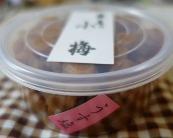 梅干しの価格は、製造法や原材料、仕込み年数によって異なり、ピンからキリまで様々ですが、普段遣いにするのなら、『うす塩小梅』がオススメです。  通常の梅干しは、塩分濃度が18%ですが、薄塩は13%と塩分控え目。一口サイズの小梅は、お弁当にぴったり。小梅といっても、皮は柔らかなので、梅肉和えといった料理にも難なく使えます。酸味も上品で、塩気も程よく、美味しい梅干しです。