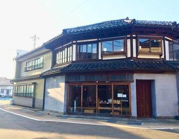 「uchikawa六角堂」は、畳屋さんだった空き屋を活用した、内川沿いの古民家カフェです。家の形が四角ではなく六角形になっているところが特徴。味わい深い外観をじっくり眺めてみてください。内川沿いはお散歩にもぴったりのエリアですよ♪