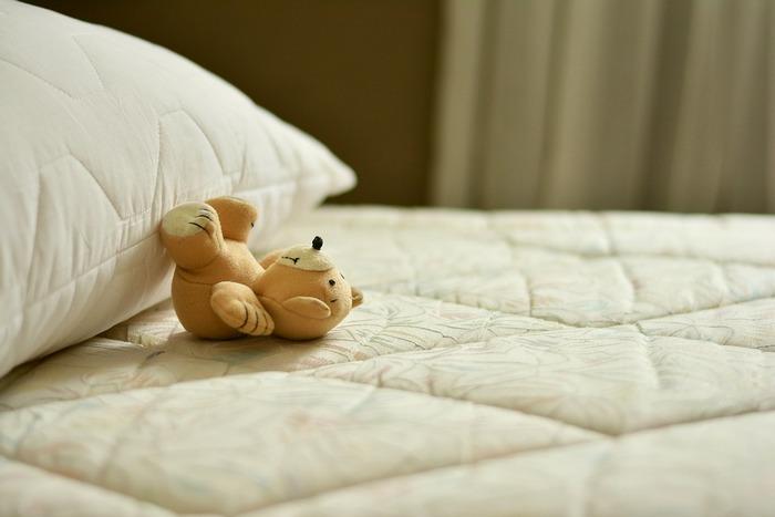 快眠を得るための条件は整っているのに、なんだかぐっすり眠れないということもよくあります。質の良い眠りはストレスや食事、寝具などさまざまなものによって妨げられます。多くの人が感じる原因別に、解消法を見ていきましょう。