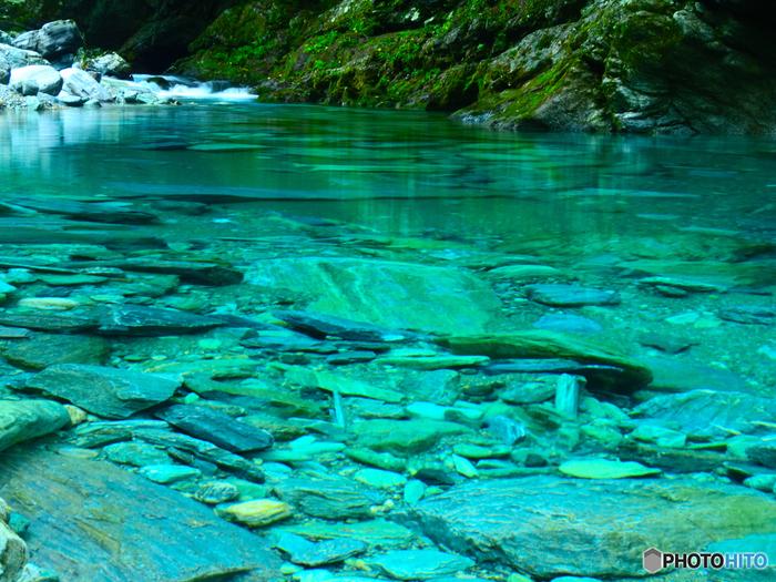 中でも【水晶淵】は透明度が高く、川底に見える石や岩が美しく透けて見えます。時間帯や季節によっては、ブルーからグリーンに変化する様子も楽しめます。