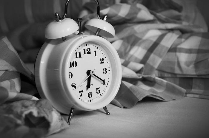 朝はできるだけ一定の時間に起きるようにしましょう。週末に寝だめをしようとすると、せっかく整った体内時計がまたくるってしまいます。時間を伸ばすのではなく、質の高い深い眠りを得るよう、頑張ってみましょう。