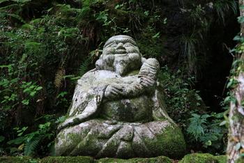中津渓谷の遊歩道は、途中には七福神がいたり、橋があったりと自然だけではない楽しみもたくさん。