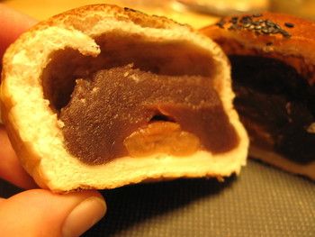 『梅干しあんぱん』の中には、甘さ控え目で食感滑らかな小豆餡がたっぷり。梅干しの塩っぱさと酸味が、小豆餡とパン生地の甘みと旨味を引き立てて、絶妙な味わいと人気。  お土産なら、持ち運びが楽で、潰れない箱入り(5個入り)で購入しましょう。