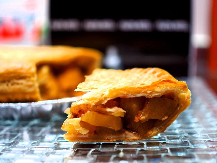 『アップルパイ』は、中身の煮りんごがしっかり詰まり、食べごたえ十分。シャキッと煮上げたりんごは、シナモンの香りが程よく、塩味がほんのり効いたパイ生地とのバランスが抜群と評判です。ホール売りの『アップルパイ(ミニ)』とカット売りがあります。【画像は、ホール売りの『アップルパイ(ミニ)』】