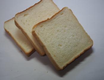 創業時からのロングセラーの『食パン』は、生地柔らかく、購入した翌日までしっとり。ホッとするような優しい味わいです。厚めに切ってトーストするのがオススメの食べ方。