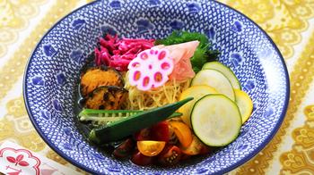 冷やし中華などの麺メニューは、夏にぴったりの青いお皿でより涼し気に。のせる食材はそれぞれ違った色にしてみると、ほら、より美味しそうに見えます!