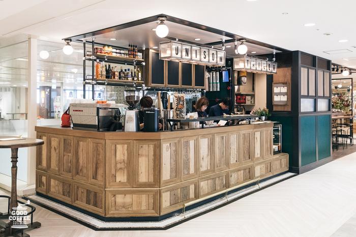 吉祥寺コピス内にあるカフェ。お店が縦長で、キッチンと注文カウンターが座席とは反対側にあるので、視線を気にせずリラックスできます。