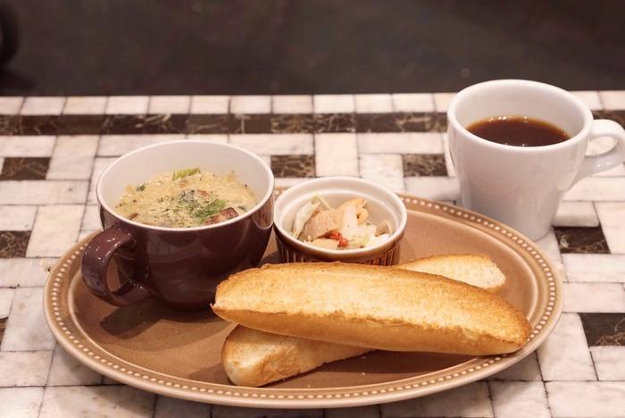 朝ご飯やお昼ご飯の盛り付けに。スープと小鉢をちょっとレトロなオーバルプレートにのせ、お気に入りのパンを添えて。もちろんパンだけでなく、ご飯でも応用可能!おにぎり+味噌汁+小鉢であっても、変わらず可愛らしい盛り付けになりますよ。