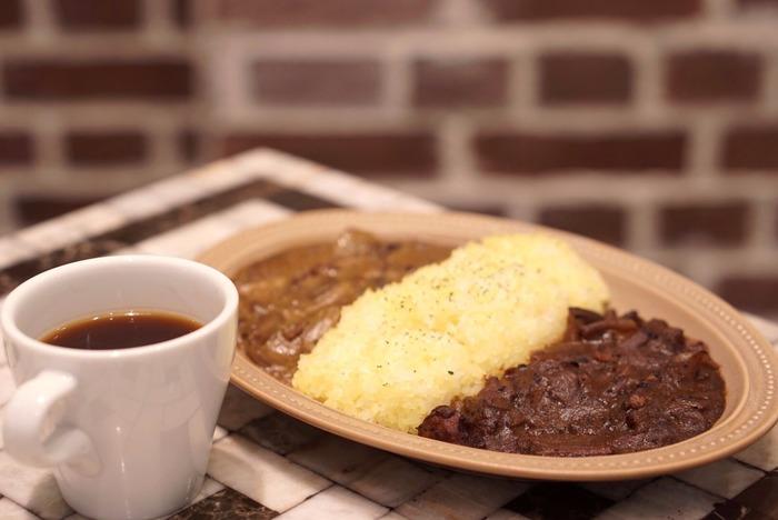 もし余裕があってカレーを2種類作ったり、種類違いのレトルトのルーがあるのならご飯を真ん中に盛って、ハーフ&ハーフにしても◎。時間があれば、バターライスのほか、ゴマやパセリをご飯に混ぜるとより彩りと食感が楽しめるひと皿に。