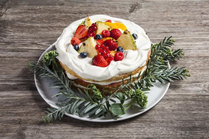 市販のケーキでも構いません。バースデーやお祝い事でホールケーキを出す際、写真のように周りにお花やハーブをあしらえば、より華やかで瑞々しい印象に。ゲストも喜ぶこと間違いなしです!