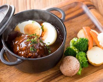 ハンバーグを小さい鍋にそっと入れ、浸して食べたい野菜をお鍋の外のトレイに添えてみて。ハンバーグと野菜とのバランス感も絶妙で、洋食店に出てくるお決まりのハンバーグとは一線を画すお洒落さが伺えます。