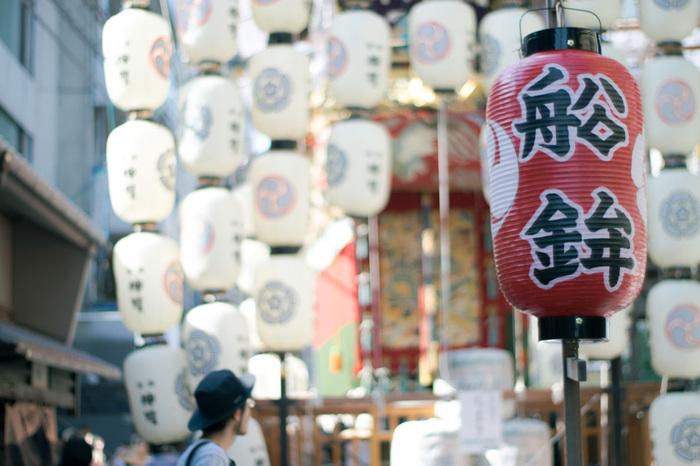 祇園祭の山鉾が立ち並ぶ京都の街並みを、主人公や登場人物が駆け回ります。夏の暑い京都の雰囲気を味わった気分になれるのもおすすめポイントです。