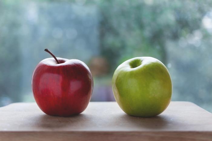 秋の味覚の代表、りんご。ころんと丸いフォルムが可愛らしく、甘さと酸味が広がる味わいは老若男女問わず人気です。 美味しいりんごは、皮が赤く染まり張りとツヤがあり、軸が太いものが良いそうです。 お入りの方が緑のものより黄色い物の方が完熟して甘みがあると言われています。