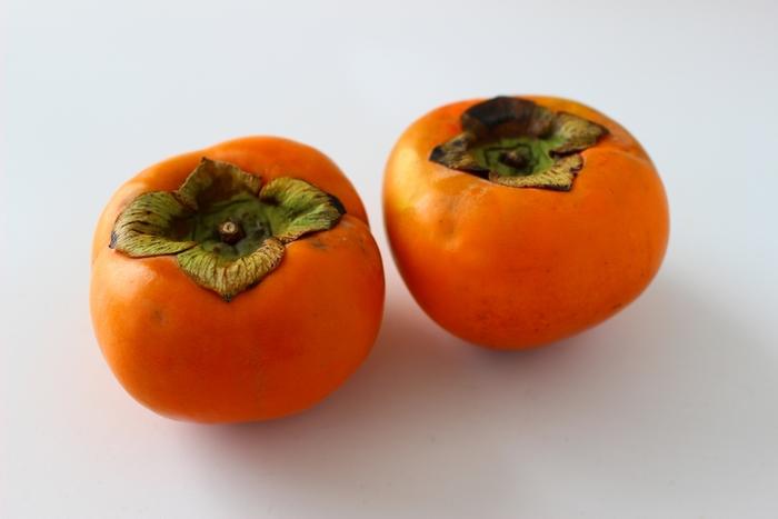 こっくり甘い柿。カリカリ固い食感を楽しんだり、熟してとろりと甘い柿を楽しんだり。 美味しい柿は、しっとりと張りがあり、全体的に色づき、へたが実にぺたりと張り付いているものが良いそうです。