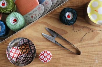 ダルマ印の「糸切りバサミ」は、熟練の刃物職人の手しごとによって作られた、裁縫箱の中の頼れる存在。 切れ味も良く、握り心地も軽々なので、先程ご紹介した糸を製造する玉巻き工場でも実際に使われる程。先端部分は厚く丸みがあるため、怪我の心配も少なく安心です。 使い込む程に鋼の味わいが増し、気が付くとアンティークのような風合いへ…。