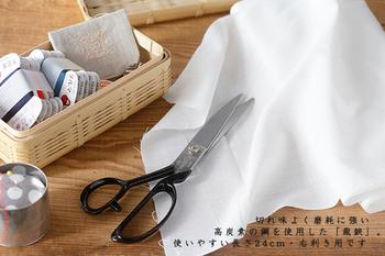 金物産業が盛んな兵庫県南西部のかつて「播州(ばんしゅう)」と呼ばれた地域で、250年に渡って受け継がれてきた「播州刃物」。お母さんの裁縫箱にあったような裁鋏(たちばさみ)は、刃に鋼の中でも切れ味の良い高炭素の鋼を使用し、「兼吉」と名入れが施され、しっかりとした重みで安定した使いやすさが魅力。 持ち手の輪には4本指がしっかりと入り、布は勿論、紙もよく切れる使い心地抜群のアイテムです。