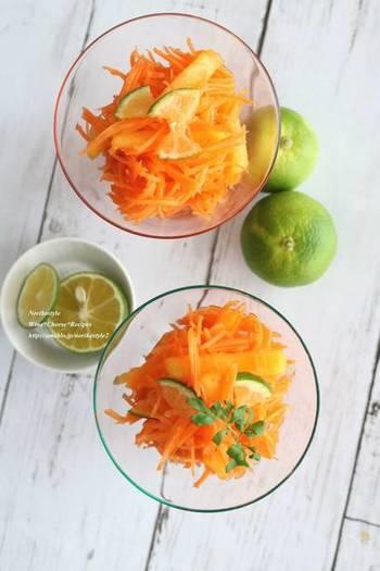 柿とにんじん、スダチを使ったラぺ。にんじんと柿の甘みが良く合います。すだちの爽やかな香りと酸味も効いています。ちょっぴりナンプラーを加えることで、味に深みが出てきます。