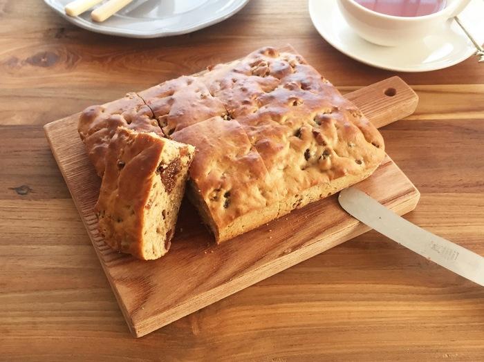 パンのような食感の素朴なイギリスのケーキ。甘すぎず、朝食にもぴったりです。いちじくがたっぷりと入っているから、ぷちぷち食感がとても美味しい。