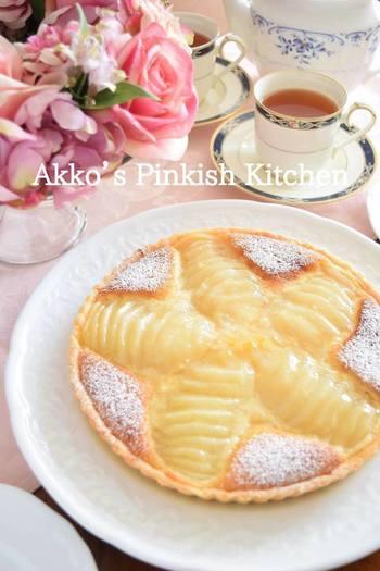洋梨のコンポートを使って作る洋梨のタルト。手間はちょっぴりかかりますが、その分美味しさは格別なタルト。サクサク食感の生地に、とろける洋梨の甘みがじゅわーっと広がります。