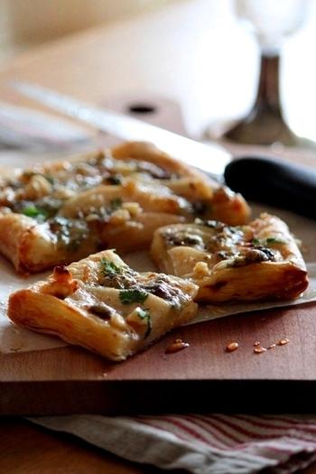 洋梨とゴルゴンゾーラにたっぷりのはちみつをかけたパイ。イベントやパーティーにもぴったりのパイです。洋梨の甘みとブルーチーズのコクのある味わいが濃厚です。