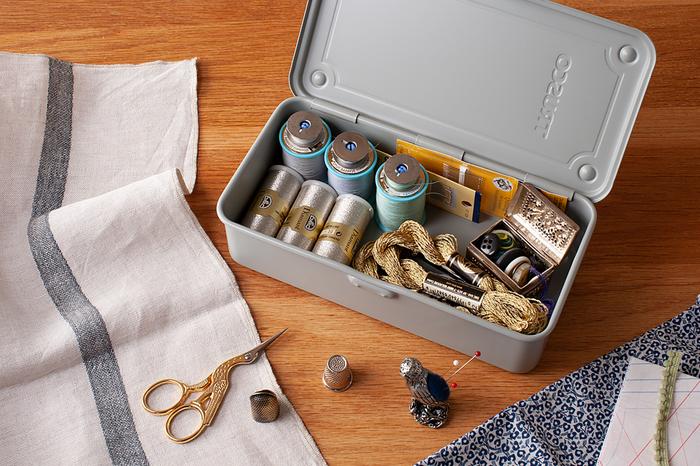 細々とした物の仕分けに便利な小ぶりなサイズは、「裁縫箱」として使うのにぴったり! 底面の四隅に凹凸が付けられているので、中の物が外へ出てしまうという心配もなく、マットでスタイリッシュなデザインは、インテリアにも映え、お洒落な雰囲気をプラスしてくれそうです。