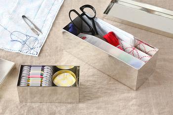 裁縫道具の定番、ダルマ印が可愛い「DARUMA THREAD(ダルマ スレッド)」。こちらは、暮らしの雑貨を手がける「SyuRo(シュロ)」とコラボレーションした裁縫箱です。 職人の手によって、ひとつひとつ丁寧に作られているブリキ缶は、無駄の無いシンプルな佇まいの中にも存在感を感じさせてくれるアイテム。
