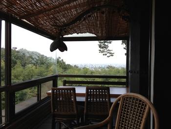 ここでは富山平野を見下ろすことができますよ。珈琲屋さんですが、おしゃれなランチもおすすめで、お隣にはギャラリーも併設され、見所たっぷりなのです。