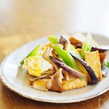 まいたけをはじめ、秋の旬の食材をたっぷり使った炒め物です。味付けは麺つゆだけなので、誰でも失敗知らずで作れますよ。