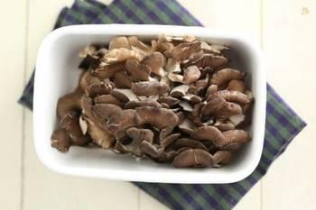シャキシャキとした独特の歯ごたえが魅力の舞茸。炒めても煮てもおいしく、和洋中どのジャンルにも使える便利な食材です。最近では栄養価にも注目が集まり、ヘルシー食材としても見直されています。
