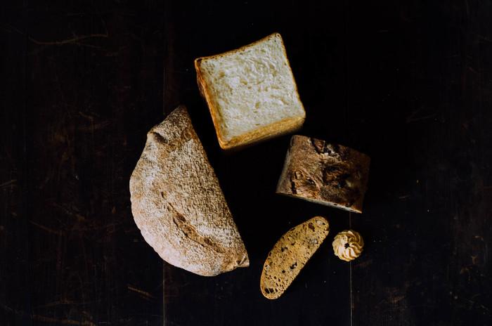 """長野県東御市で薪窯で焼いたパンと日用品を取り扱うお店、わざわざのパン1500円分を詰め合わせた「石窯パンセット」です。その日に焼き上げたパンやお菓子をランダムに詰め合わせて、2週間以内に自宅に配送してくれるという、パン好きの方にぜひおすすめのお取り寄せ商品です。薪窯で焼く自家製酵母のカンパーニュと、牧場のしぼりたて牛乳でつくる食パン―わざわざでは、この2種類を柱に""""毎日食べても飽きない""""美味しいパンを焼いています。"""