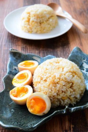 とろとろの味つけ卵は、ガーリックライスと相性抜群!卵は、正確に時間を計って半熟にし、たれに1日漬け込みます。