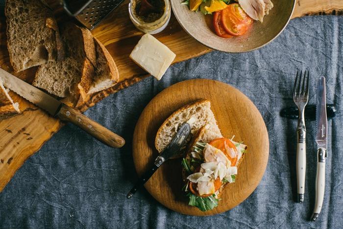 厳選した素材を使用し、時間と手間をかけて丁寧に焼かれるカンパーニュと食パンは、ハムやチーズ、ソーセージとも相性抜群です。ぜひお好みの食材とともに、夏の食卓を華やかに、楽しく演出してみませんか?
