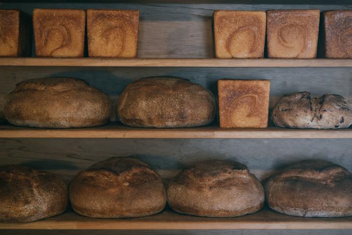 カンパーニュも食パンも、どちらも小麦本来の旨みを最大限引き出すために、24時間以上かけて低温でじっくりと発酵させています。美味しさとこだわりの詰まったわざわざのパンは、いつもの朝食をちょっぴり贅沢な時間にしてくれそうです。