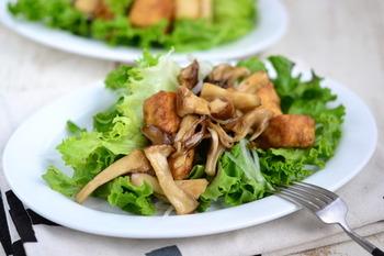 忙しい朝や糖質が気になる方のおすすめの、チャチャッと作れるおかずサラダです。大豆のたんぱく質とキノコのミネラル、野菜のビタミンがひと皿でまとめていただけます。