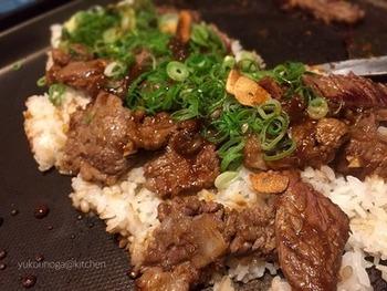 ステーキや焼き肉などにガーリックライスを合わせる場合は、同じホットプレートで仕上げるのもおすすめ。肉汁のうまみをガーリックライスが吸って、いちだんとコクのある味わいに。がっつり楽しみたいときにいいですね。