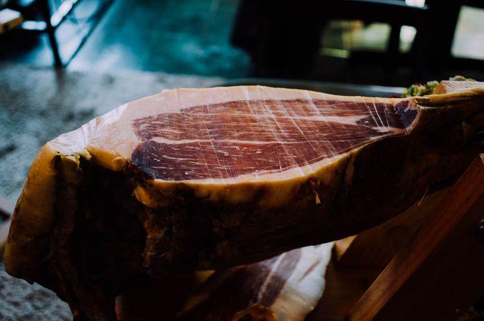 長野県長和町姫木にある生ハムの工房、Maison du Jambon de Himeki(メゾン・デュ・ジャンボン・ド・ヒメキ)さんの「信州産豚肉の生ハム」。新鮮な豚のもも肉に麹菌を刷り込み発酵させ、時間をかけて長期熟成させた手作りの生ハムは、凝縮された旨みとナッツのような香りが特徴です。