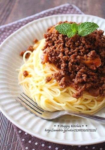 舞茸を入れることで、カロリーをおさえながらボリュームアップ。煮込まずにすぐできる、お手軽ボロネーゼレシピです。