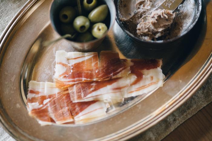 臭みがなく柔らかい肉質の三元豚「信州太郎ぽーく」を熟成させた生ハムは、先ほどご紹介したわざわざのパンともよく合います。長い歳月をかけて作り出される贅沢な味を、ぜひお気に入りのワインやチーズとともに堪能してみてはいかがでしょうか。