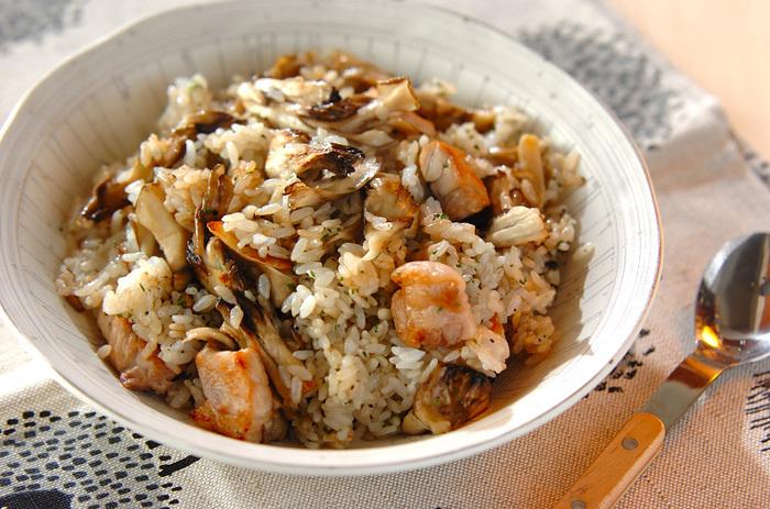 ゴロゴロの豚肉と舞茸が主役のスタミナチャーハンです。ニンニクの香りが食欲をそそります。食べ盛りのお子さんにも喜ばれそうなメニューです。