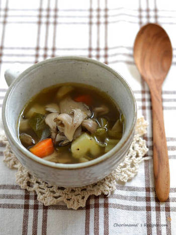 まいたけと野菜の素材の味を生かした、優しい味わいのスープです。家にある材料で簡単に作れ、小腹を満たす夜食としてもおすすめです。