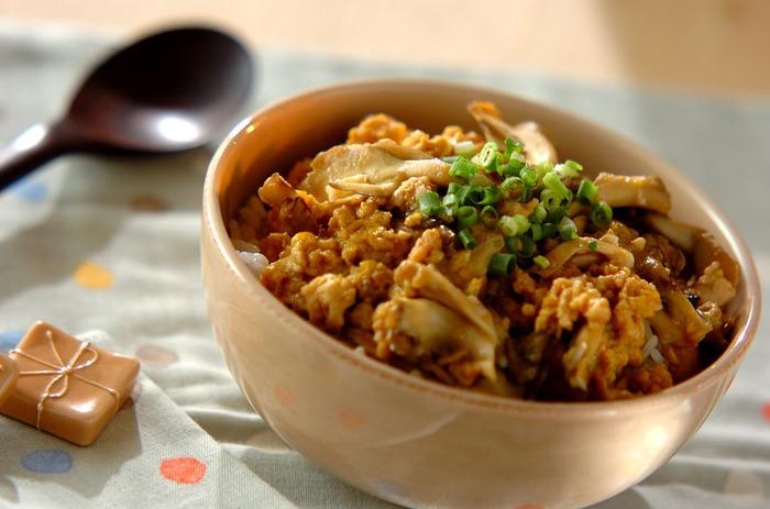 鶏ひき肉と卵の定番そぼろに、まいたけを加えてプチアレンジ。食感が良くなり、うまみや香りも一層広がります。