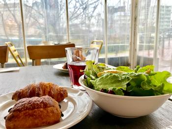 ランチはクロワッサンやパスタ、オムライスなど定番のものが多いですが、どれも味が濃厚!と評判。  ちなみに、ランチはパン・ドリンク・サラダおかわり自由なのも魅力です。
