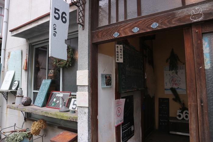 尾道に数多く存在する古アパートを改築して作られたカフェ。  尾道駅北口から歩いてすぐの位置にはあるものの、住宅地の奥の方にあるため、知る人ぞ知る、というカフェかもしれません。  昭和な雰囲気がたまらないたたずまいです。