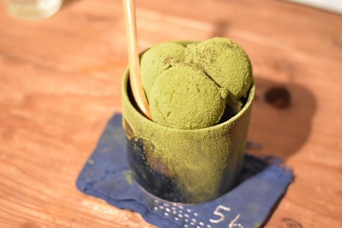 こちらは苔好きな店主のオリジナルメニュー・コケパフェ。  抹茶パウダーがたっぷりかかったパフェで人気メニューの1つです。