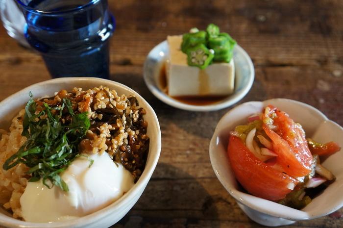 メニューはヘルシーなものが多いのも特徴。  こちらは朝食メニュー。  玄米にお豆腐、サラダなど、気持ちよく1日が迎えられそうな健康メニューですね。