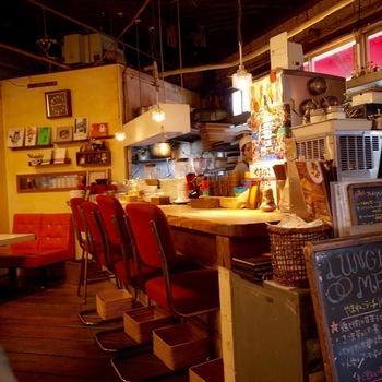 カウンター席もなかなかのヴィンテージ感。  ところどころ感じられる古さも、やまねこカフェの魅力の1つですね。