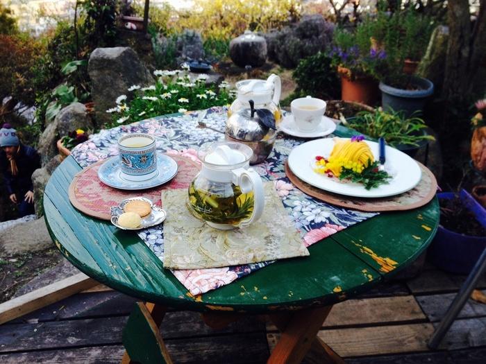 こちらのカフェのハイライトはハーブティー。  テラス席でケーキと一緒にいただくと格別ですね。