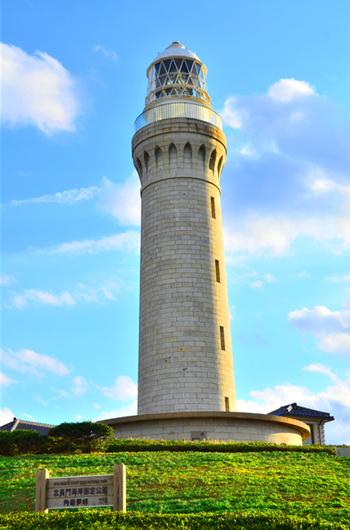 """日本の灯台50選にも選ばれた「角島灯台」は、""""灯台の父""""と言われているリチャード・ヘンリー・ブラントンが最後に設計した灯台としても知られ、下関市の有形文化財に指定されています。灯塔は総御影石造りで、その重厚かつクラシカルな雰囲気は、まるで海外の建物のよう。"""